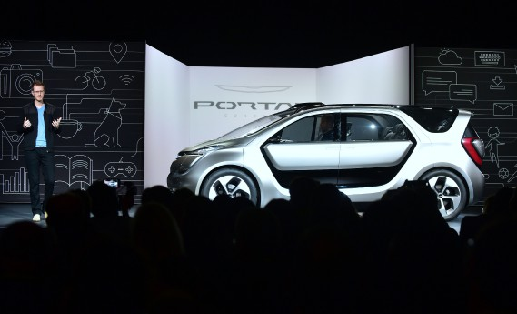Le designer Matt Dunford lors du dévoilement du prototype Chrysler Portal Concept au CES de 2017 à Las Vegas (photo AFP)
