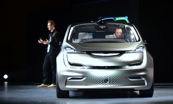 Le designer Matt Dunford lors du dévoilement du prototype Chrysler Portal Concept au CES de 2017 à Las Vegas. (photo AFP)