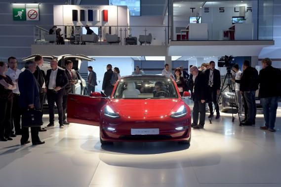 Le Modèle 3 a une tenue de route étonnante en raison d'un centre de gravité peu élevé et une répartition presque parfaite du poids.On le voit ci-haut au stand de Tesla au Mondial de l'automobile de Paris. (photo AFP)