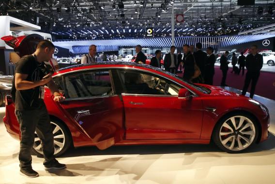 Un Modèle 3au stand de Tesla au Mondial de l'automobile de Paris. (Photo AP)