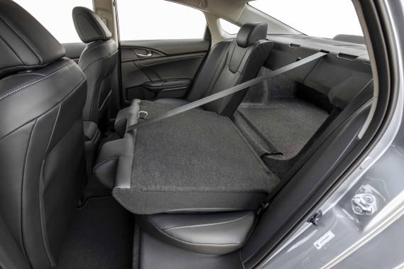 Les dossiers des sièges arrière peuvent être rabattus en tout ou en partie pour augmenter la surface et le volume de chargement. ()