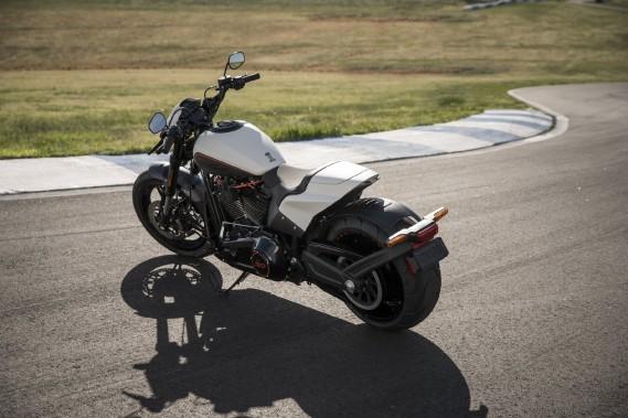 La FXDR n'est tout simplement pas une moto de longues distances.C'est surtout en raison de son ergonomie extrême qui transforme chaque défaut de la chaussée en douloureux coup au dos du pilote. ()
