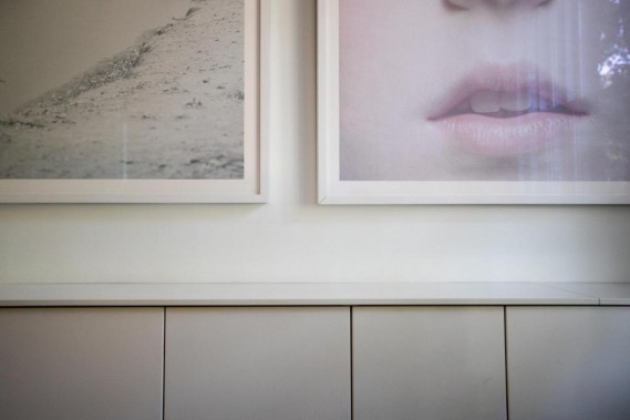 Avec ses photos qui habitent l'espace et ses couleurs subtiles, cette maison d'Outremont harmonieusement mise en scène est à l'image de la famille d'artistes qui y vit. (Photo OlivierJean, La Presse)