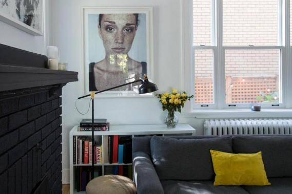Salon-galerie: Les murs du salon ont été peints en blanc, la cheminée en noir mat, et le canapé familial a été choisi anthracite, des couleurs qui permettent de changer facilement de décor, un peu à la façon d'une galerie d'art. (Photo OlivierJean, La Presse)
