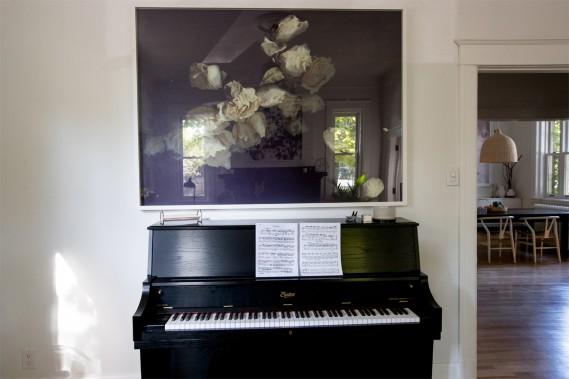 Accord piano-photo:L'oeuvre qui trône au-dessus du piano apporte une personnalité différente au salon. (Photo Olivier Jean, La Presse)