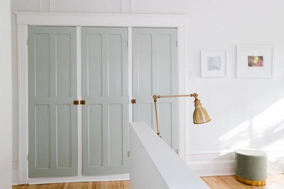 Garde-robes maison:Maude a eu l'idée de reproduire le concept d'armoires intégrées vu dans une maison de vacances en France au moyen de vieilles portes trouvées à la cave et peintes dans un vert sauge doux. (Photo Olivier Jean, La Presse)