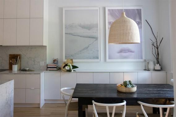 Cuisine arty:Visibles depuis l'entrée et le salon grâce à une salle à manger ouverte, les photos accrochées dans la cuisine contribuent à créer l'âme de la maison. ()