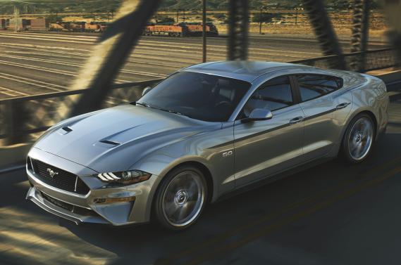 Une Mustang quatre-portes serait envisagée par Ford, selon la rumeur. Voici de quoi elle pourrait avoir l'air selon le studio de design hongrois X-Tomi. ()