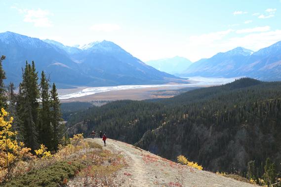 Dans les sentiers escarpés, on profite de vues sur la vallée glaciaire du parc Kluane. (Chantal Lapointe)