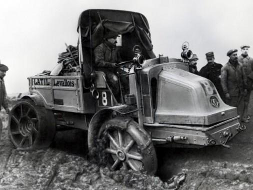 Juste avant la Première Guerre mondiale, l'ingénieur marseillais Georges Latil a conçu des camions à rouage intégral faits pour tracter les pièces d'artillerie de l'armée française. (Photo domaine public)