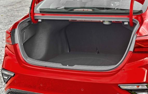 La malle arrière de la Kia Forte. (La Presse)