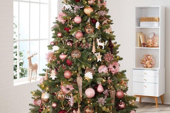 <strong>COULEURS À L'HONNEUR:</strong> Après avoir fait fureur cette année sous le nom de «rose millennial», le rose injecte sa forte personnalité dans l'univers des décorations de Noël. «En design, on remarque le retour de l'influence scandinave, indique Tracy Platt, experte en style et décoration chez Canadian Tire. Le rose se marie bien avec les bois blonds, les meubles blancs aux formes épurées, les finis métalliques». (PHOTO FOURNIE PAR CANADIAN TIRE)