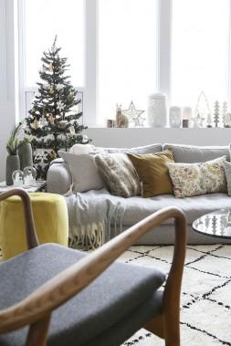 <strong>COULEURS À L'HONNEUR:</strong> Dans un décor neutre dominé par le gris et le blanc, des accents d'or et de moutarde injectent une dose d'énergie. «Ils illuminent la pièce et portent la lumière», indique Anne Brun, directrice de création web pour Zone Maison. Ils s'intègrent par ailleurs autant dans les intérieurs de style contemporain que classique. (PHOTO ANNE BRUN POUR ZONE MAISON)