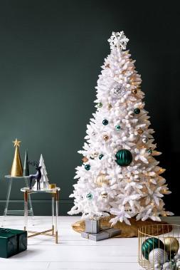 <strong>COULEURS À L'HONNEUR:</strong> Le bleu-vert foncé est la nouvelle couleur que met de l'avant HomeSense. «Cela se marie très bien avec un sapin de Noël blanc, indique Tamara Robbins, directrice des relations publiques et des médias sociaux chez HomeSense. C'est très raffiné.» (PHOTO FOURNIE PAR HOMESENSE)