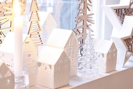 <strong>CLASSIQUES RÉINVENTÉS:</strong>On reconnaît les sapins, les arbres, les étoiles. Les lignes sont toutefois simples et les teintes neutres. «Le décor n'a pas l'air surchargé, fait remarquer Anne Brun, directrice de création web pour Zone Maison. On peut se permettre d'accumuler des objets pour rendre le décor plus chaleureux.» (PHOTO ANNE BRUN POUR ZONE MAISON)