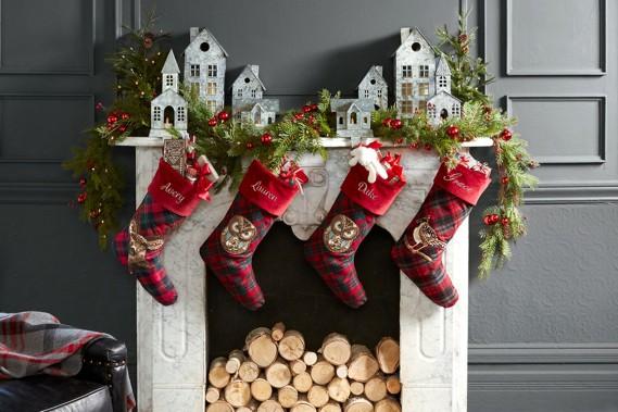 <strong>CLASSIQUES RÉINVENTÉS:</strong>Les motifs tartans sont mis à contribution pour créer des bas de Noël originaux, sur lesquels ont été ajoutés des broderies d'animaux de la forêt. «Chaque année, on essaie d'innover», indique Kimberly House, de chez Pottery Barn. Les maisons en acier galvanisé, qui abritent des bougies, ont une touche moderne. (PHOTO FOURNIE PAR POTTERY BARN)