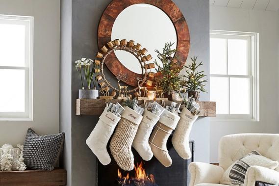 <strong>NATURE ET VERDURE:</strong>Quelques éléments inspirés de la nature suffisent pour créer un décor chaleureux: de faux sapins en pot, qui diffusent une douce lumière, des animaux de la forêt et des bas de Noël confectionnés avec des matières naturelles. Les coussins noirs et blancs procurent une touche de modernité, fait remarquer Kimberly House, directrice des relations publiques et du marketing chez Pottery Barn. (PHOTO FOURNIE PAR POTTERY BARN)