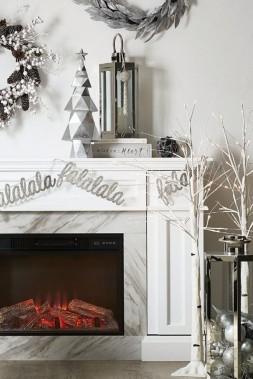 <strong>TOUJOURS PLUS DE LUMIÈRE:</strong>Dans tous les coins de la maison, des touches lumineuses ajoutent de la magie. Certaines décorations, avec des piles, ont une minuterie. Dans des vases, des lanternes ou des bols, des fils lumineux peuvent ainsi rester allumés pendant 12 heures, souligne Tracy Platt, de chez Canadian Tire. (PHOTO FOURNIE PAR CANADIAN TIRE)