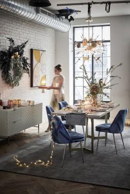 <strong>TOUJOURS PLUS DE LUMIÈRE:</strong>À l'approche de Noël, on ne compte plus les éléments décoratifs qui diffusent une douce lumière. Cette dernière prend des teintes cuivrées et dorées dans les chandeliers de verre métallisé de West Elm. De délicates branches de métal avec des petites feuilles composent la guirlande lumineuse. (PHOTO FOURNIE PAR WEST ELM)