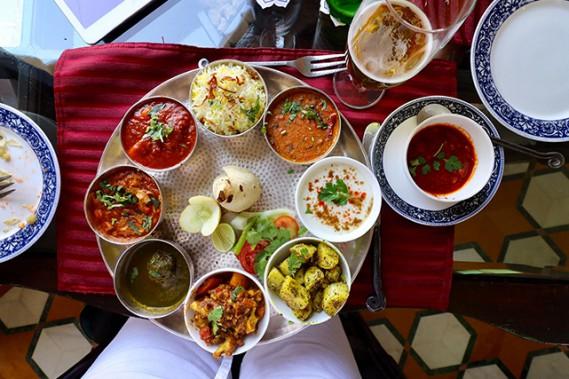 En version végétarienne ou non, le thali permet de goûter différents plats traditionnels en petites portions. (Crédit photo Chantal Lapointe)