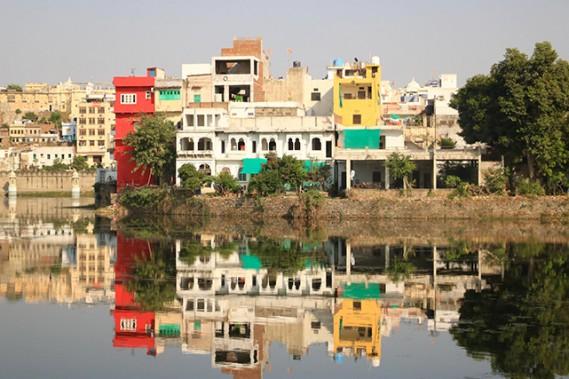 La ville d'Udaipur est entourée par les lacs Pichola, Fateh Sagar et Swaroop Sagar dans lesquels les havelis viennent se refléter. (Crédit photo Chantal Lapointe)