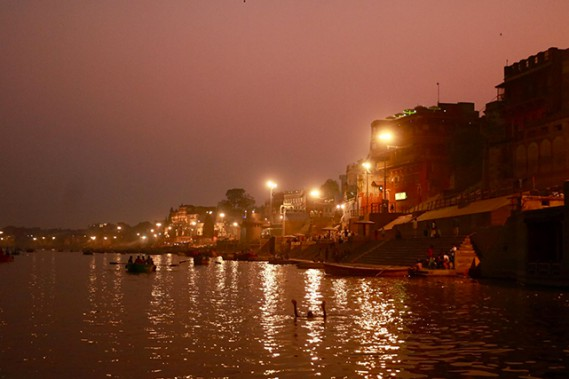 À Varanasi, à la tombée de la nuit, commencent les cérémonies hindoues sur les ghats, les escaliers menant au Gange. (Crédit photo Chantal Lapointe)