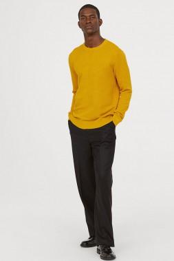 ENSOLEILLÉ: Ce chandail en maille douce composé à 55 % de coton et à 45 % d'acrylique se remarque grâce à son fini texturé et à sa couleur bouton d'or. Les moins audacieux pourront le choisir en bordeaux, bleu foncé chiné ou noir. Le pantalon de costume en laine lui donne un look habillé. Chandail en maille texturée, H&M, 39,99 $, et pantalon de costume en laine, H&M, 69,99 $ (Photo tirée du site du fabricant)