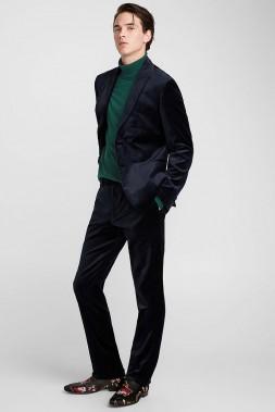 UN BRIN DANDY: Ce complet en velours au chic incontestable contient de l'élasthanne maximisant son confort. La veste et le pantalon se portent en toute occasion ensemble ou séparément, avec une chemise ou un pull, comme ici, pour un look moins guindé. Veston en velours sombre Coupe Stockholm, 225 $, et pantalon en velours sombre Coupe Stockholm, 125 $, Simons (Photo tirée du site du fabricant)