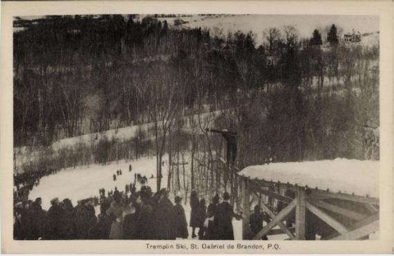 Le saut à ski, ici pratiqué sur un tremplin à Saint-Gabriel-de-Brandon, était également un sport prisé à l'époque. (Image fournie par BAnQ)