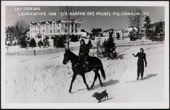Le ski-joring, où l'on glisse à skis tracté par un cheval ou un attelage de chiens, était une activité hivernale populaire dans les années20. Sur cette carte postale, on voit des Québécois s'adonner à l'activité à Sainte-Agathe-des-Monts. (Image fournie par BAnQ)