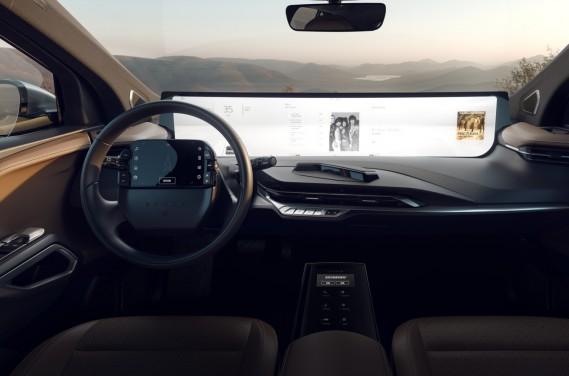 La partie info-divertissement destinée au passager (sur la moitié droite de l'écran) est bien visible par le conducteur. (Photo Byton)