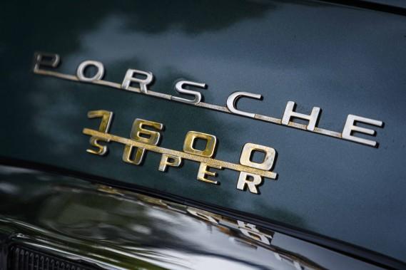 Au cours de sa longue carrière (1948-1965), plusieurs mécaniques ont trouvé refuge sous le minuscule capot arrière des 356. Le quatre cylindres à plat refroidi à l'air s'est ainsi doté d'une culasse distincte, puis d'une série de transformations afin de varier la cylindrée qui atteindra 2 litres (130 chevaux). Pour les collectionneurs, la variation 356 B 2000 GS Carrera 2 Cabriolet est la plus exclusive (34 unités produites) et se... ()