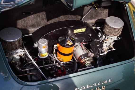Gavé par deux carburateurs, le moteur 1,6 litre de la 356A 1600 Super apparu en 1954 ressemblait étrangement à celui de Volkswagen. Seulement en apparence. Le bloc moteur en fonte propre aux moteurs VW de l'époque avait été fondu dans un matériau plus noble, l'aluminium. Le carter comptait trois parties et les alésages de la tête et du pied des bielles enduites de chrome et ensuite polis. Beaucoup d'efforts pour... ()