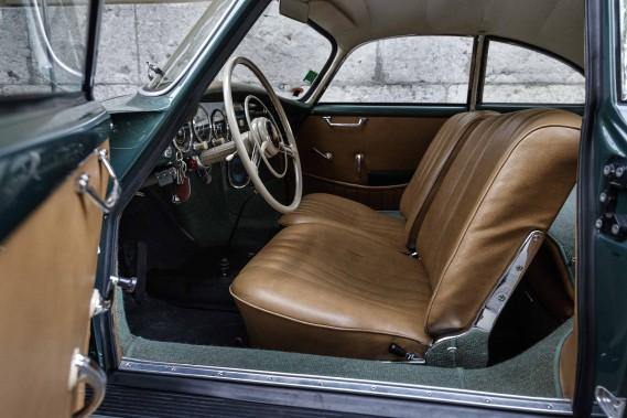 L'aménagement sommaire reflète la priorité absolue donnée à la performance sur le confort. Celui de ce coupé 356, pourtant davantage taillé pour le voyage que pour la course, se débarrasse de tout élément superflu. Rassurez-vous, on y trouve tout de même un autoradio. Malgré la proximité avec le siège d'à côté et l'encombrant volant à jantes fines, la position de conduite, dominante, convient à tous les gabarits. ()