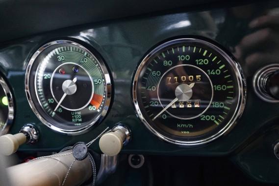 Un bloc d'instrumentation plutôt optimiste. La vitesse maximale inscrite au compteur ne sera jamais atteinte au volant de cette 356 A de 1956. Les plus téméraires pourront atteindre 165 km/h et les plus habiles mettront près de 11 secondes pour atteindre les 100 km/h. Bien avant d'atteindre cette vitesse déjà, les remous d'air et le bruit de roulement des pneus vous placent déjà au cœur d'un orchestre qui n'éprouve aucun... ()