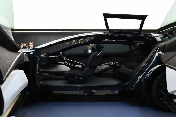 Pour les passagers arrière. l'Aston Martin Lagonda All-Terrain a des portes-suicide et une écoutille qui s'ouvre vers le haut. (AFP)