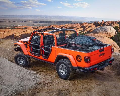 Jeep Gladiator Gravity. Le porte-bagages est un fourre-tout rapide pour les objets ne craignant ni la poussière ni le soleil. ()