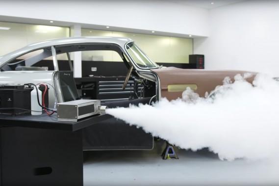 Fausses mitraillettes et vrai écran de fumée pour la réplique Aston Martin DB5 007
