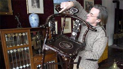 Cette chaise, reproduction d'un meuble asiatique, se vendra...