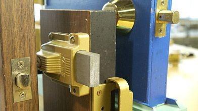 Remplacer une serrure de porte d 39 entr e ginette charette r novation - Composition d une serrure de porte ...