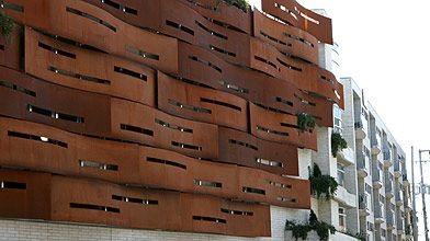 La façade de l'édifice La Falaise apprivoisée est...
