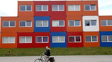 habiter dans un conteneur amsterdam bloomberg immobilier. Black Bedroom Furniture Sets. Home Design Ideas