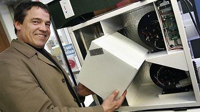 Mario Lafrance, d'Isolation Beauport, devant un ventilateur récupérateur...