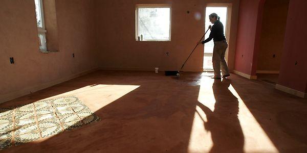 L'installation d'un plancher de terre battue comporte l'application... (Photo archives The New York Times)