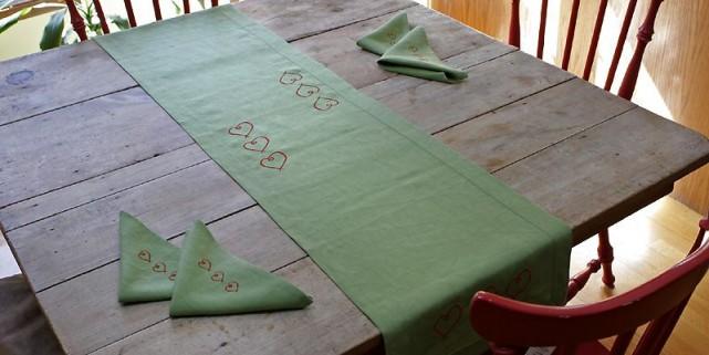 Chemin et serviettes de table en lin avec... (Photo Laetitia Deconinck, Le Soleil)