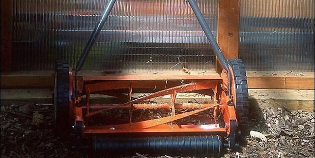 L'utilisation de la tondeuse manuelle: une belle action... (Photo: www.jardinierparesseux.com)