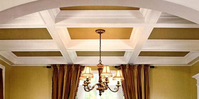 Un plafond orné de volumineux caissons décore avec... (Photo tirée de Moulures de style)