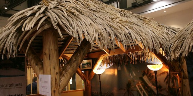 Le toit de chaume en polymère peut couvrir... (Photo Raynald Lavoie, Le Soleil)