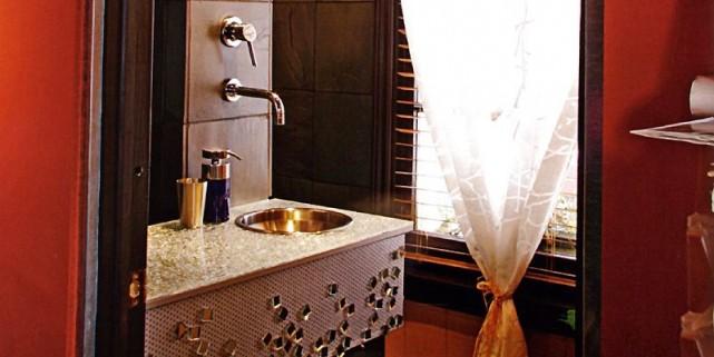 Une salle de bain audacieuse, avec un meuble-lavabo... (Photo tirée du guide Salles de bain sur mesure)