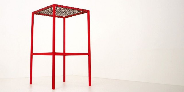 Le tabouret rouge Monty... (Photo fournie par la Galerie Commissaires)
